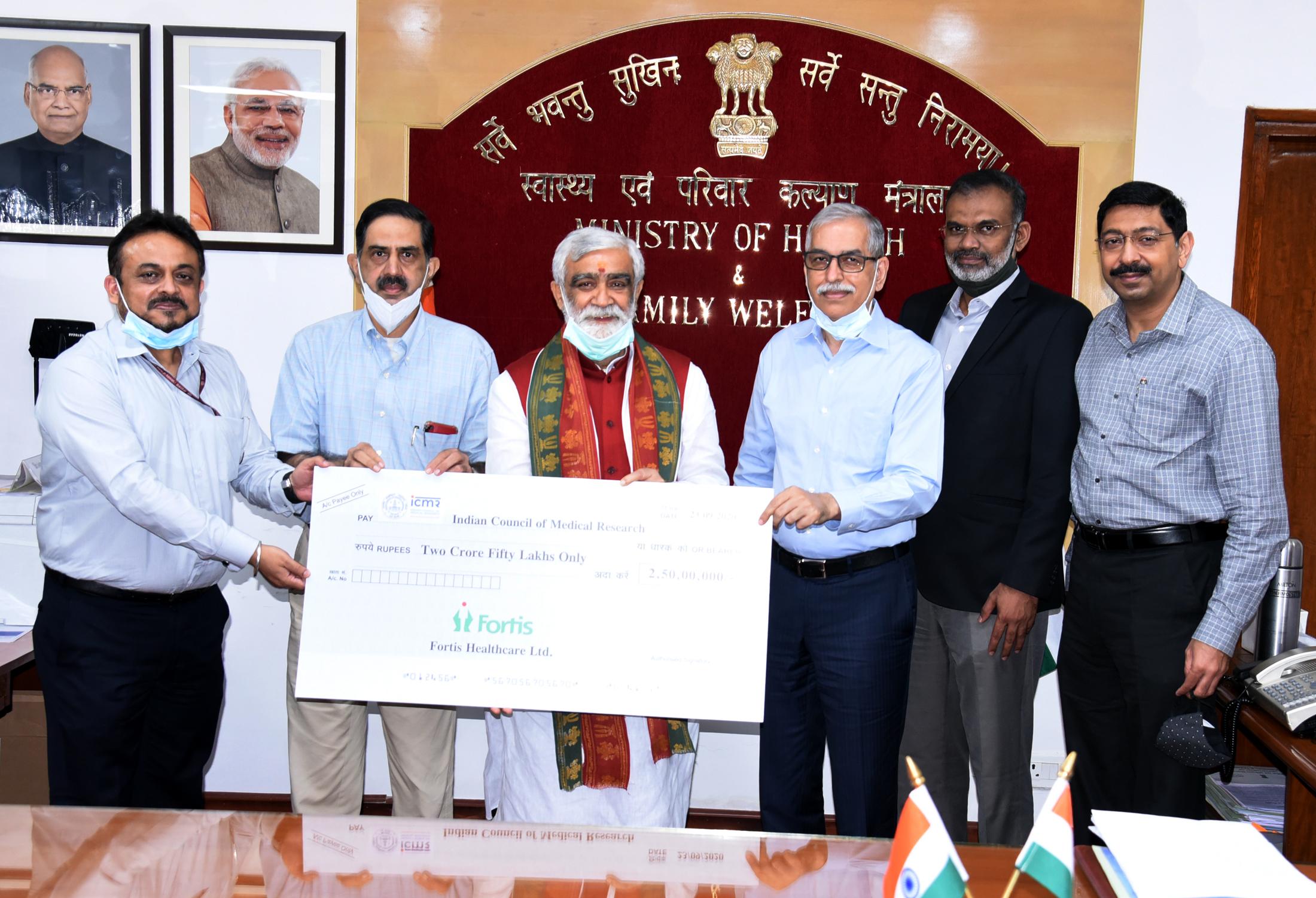सीएसआर के लिए 2.5 करोड़ रुपये का चेक आईसीएमआर को सौंपा