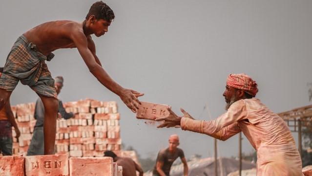 जो थकता है थककर के चूर होता है, अपने कमाए हर निवाले पर उसे गुरुर होता है