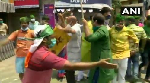 TMC: पश्चिम बंगाल विधानसभा चुनाव में रुझानों को देखते हुए कोलकाता में जश्न मनाते टीएमसी समर्थक।
