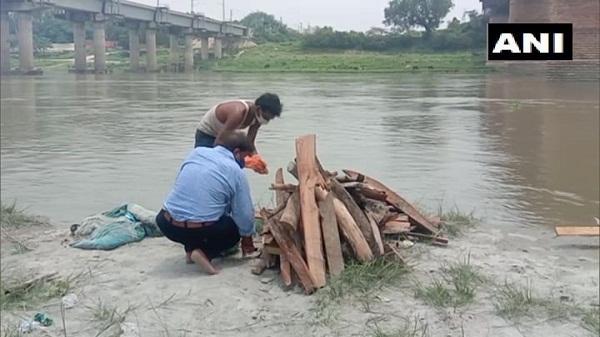 Ganga Allahabad: प्रयागराज में गंगा नदी का जलस्तर बढ़ने से दफनाए गए शव आ रहे हैं बाहर, जानिए क्या कार्यवाही कर रही है नगर निगम