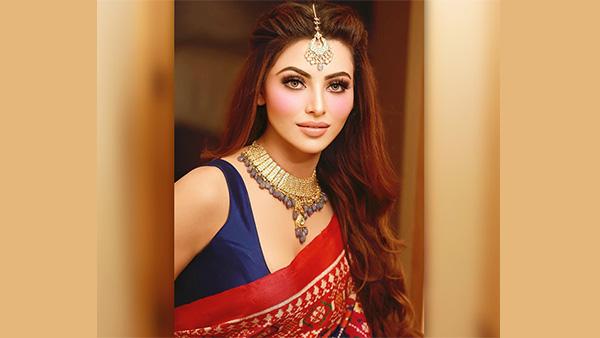 Urvashi Rautela: साड़ी में आई नजर बॉलीवुड अभिनेत्री उर्वशी रौतेला, वायरल हुई तस्वीरें