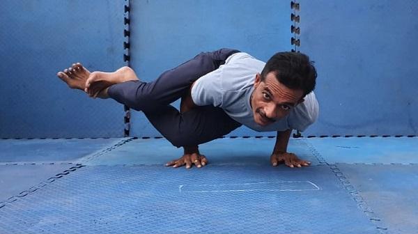 Doctor yoga practice: વડોદરાના અધિક મુખ્ય જિલ્લા આરોગ્ય અધિકારી વિવિધ પ્રકારના યોગાસન ખૂબ સરળતા થી કરી શકે છે