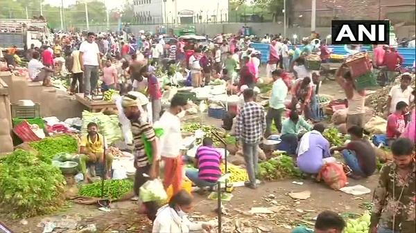 Delhi: दिल्ली की ओखला सब्जी मंडी में खरीदी के वक्त लोग भूले कोरोना नियम