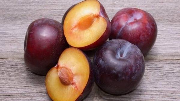 Plum Juice: ब्लडप्रेशर को कंट्रोल करने के लिए रोजाना पिएं इस फल का जूस, पढ़ें पूरी खबर