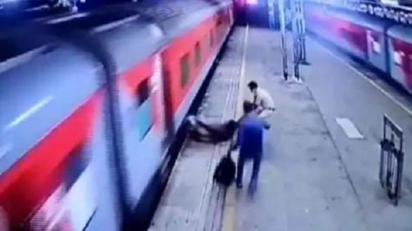 Man Falling From Train: चलती ट्रेन में से गिरा शख्स, फिर क्या हुआ देंखे वीडियो