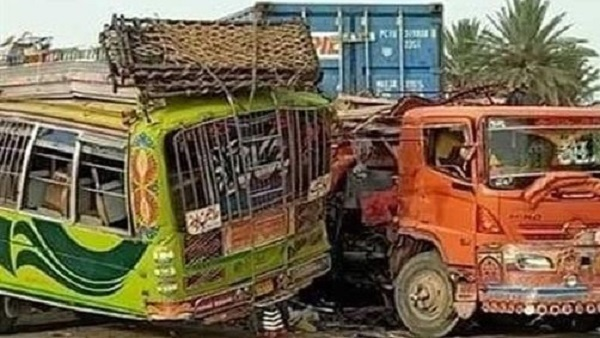 Pakistan Road Accident: पाकिस्तान में हुआ दर्दनाक हादसा, 30 लोगों की मौत, कई घायल