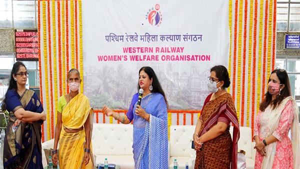 widows of railway workers: पश्चिम रेलवे महिला कल्याण संगठन की अध्यक्षा श्रीमती तनुजा कंसल द्वारा रेलकर्मियों की 12 विधवाओं को आर्थिक सहायता
