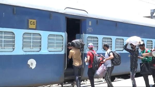 Gorakhpur spl train: बांद्रा टर्मिनस-गोरखपुर स्पेशल ट्रेन को एलएचबी कोच के साथ चलाने का निर्णय