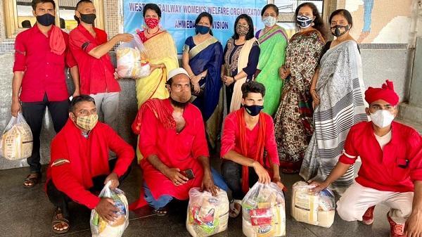 WRWWOA: पश्चिम रेलवे महिला कल्याण संगठन अहमदाबाद द्वारा यात्री सहायकों एवं महिला सफाई सहायकों को राशन किट का वितरण