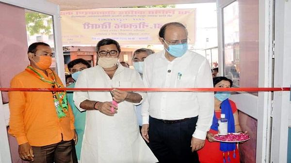 Varanasi Vaccination Center: मंत्री डॉक्टर नीलकंठ तिवारी ने एसएसपीजी मंडलीय चिकित्सालय में नवीन कोविड टीकाकरण कक्ष व नए आरटीपीएसआर मशीन का किया उद्घाटन