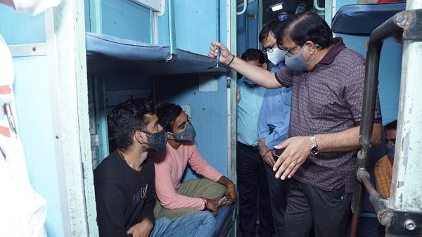 WRGM Visit Okha Train: पश्चिम रेलवे के महाप्रबंधक आलोक कंसल ने ओखा-मुंबई स्पेशल ट्रेन में यात्रा के दौरान यात्रियों के साथ वार्तालाप कर फीडबैक तथा सुझाव लिये