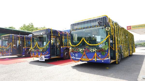 DTC CNG AC bus: परिवहन मंत्री कैलाश गहलोत ने विश्वस्तरीय तकनीक से लैस 32 एसी लो फ्लोर बसों को हरी झंडी दिखाकर रवाना किया