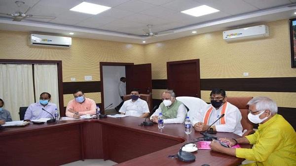 Ashutosh tandon: मंत्री आशुतोष टंडन ने सड़कों के गड्ढे मुक्ति कार्यों की समीक्षा की