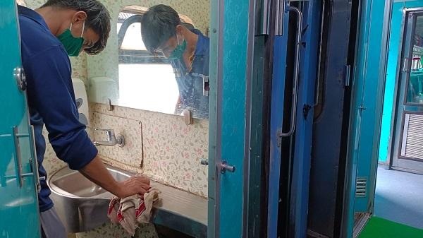 """Clean train: स्वच्छता पखवाड़ा के अंतर्गत""""स्वच्छ रेलगाड़ी"""" पर अहमदाबाद मण्डल की विशेष मुहिम"""