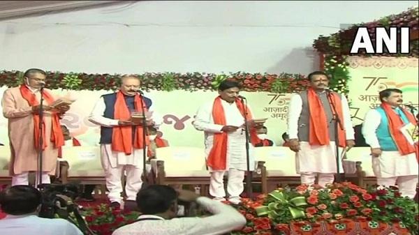 Gujarat cabinet ministers oath ceremony: गुजरात के नए मंत्रिमंडल का हुआ गठन, 10 कैबिनेट सहित 24 मंत्रियों ने ली शपथ
