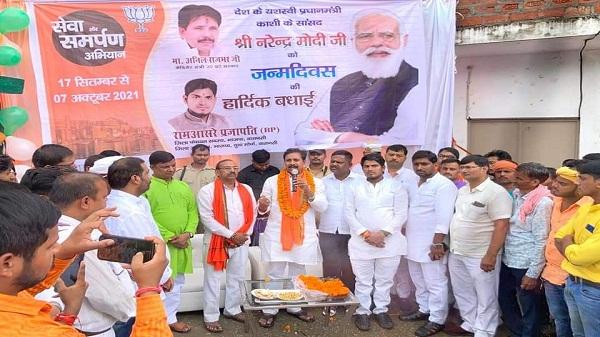 PM Modi Birthday: पीएम के जन्मदिन पर अनिल राजभर ने मां गंगा के किनारे 71 चुनरी व कच्चा बाबा पर 71 सौ दीपक जलाकर उनके लंबी उम्र की कामना की