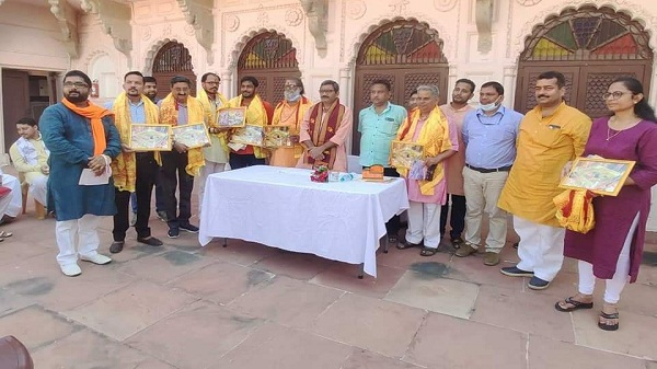 Varansi tourism department: वाराणसी के पर्यटन मंत्री ने आठ व्यक्तियों का किया सम्मान