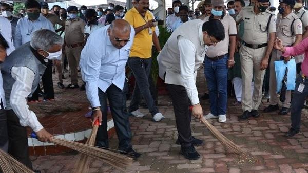 Umargam station: पश्चिम रेलवे के महाप्रबंधक ने उमरगाम स्टेशन पर श्रमदान में भाग लिया