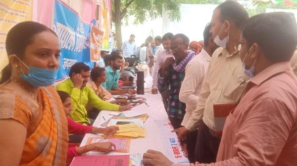 world contraceptive day: स्वास्थ्य विभाग द्वारा गर्भनिरोधक सामग्री वितरित कर समुदाय को किया गया जागरूक