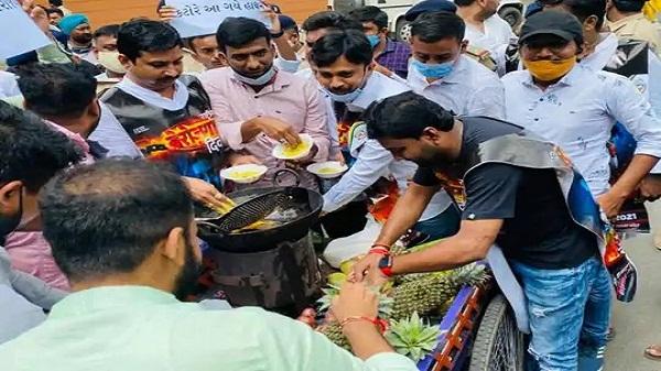 PM Modi Birthday: अहमदाबाद में पीएम के जन्मदिन पर युवा कांग्रेस ने पकोड़े तल मनाया बेरोजगारी दिवस