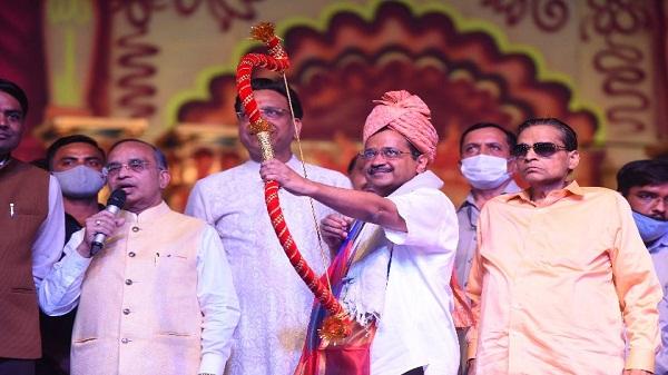 Ravana Dahan: अरविंद केजरीवाल ने रावण, कुम्भकर्ण और मेघनाद के प्रतिक पुलते पर तीर चलाकर उनका दहन किया