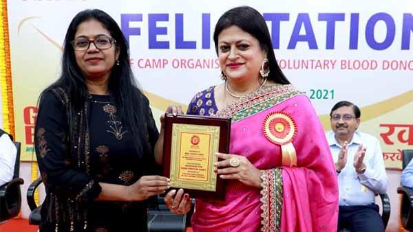 National blood donation day: राष्ट्रीय रक्तदान दिवस के अवसर पर जगजीवन राम अस्पताल को स्ट्रेचर ट्रॉली भेंट की गई